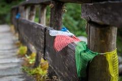 Деревянный мост с красочными nepalese флагами Стоковая Фотография RF