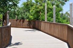 Деревянный мост с перилами стоковое изображение