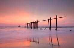 Деревянный мост с seascape на сумерк Стоковая Фотография RF