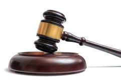 Деревянный молоток изолированный на белой предпосылке Cocnept закона, правосудия и аукциона Стоковое фото RF