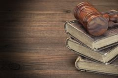 Деревянный молоток судей и старые книги по праву на деревянном столе Стоковое фото RF
