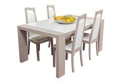 Деревянный обеденный стол и стулья изолированные на белой предпосылке Стоковое фото RF