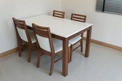 Деревянный обеденный стол Стоковые Фотографии RF