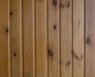 Деревянный обшивать панелями стены под политурой, вертикальный, большой стоковое изображение rf