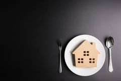 Деревянный дом в белом блюде на черной предпосылке с космосом экземпляра Стоковое Изображение