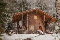 Деревянный дом в деревне зимы Стоковые Изображения RF