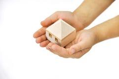 Деревянный дом в руке Стоковое фото RF