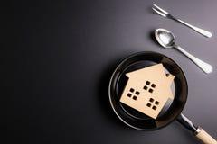 Деревянный дом в сковороде изолированной на черном backgrou Стоковые Фотографии RF