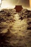 Деревянный дом и дерево в пустыне - составе макроса отмело стоковое фото rf