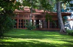 Деревянный дом на зеленом луге Стоковая Фотография
