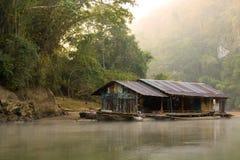 Деревянный дом на реке в утре Стоковые Изображения RF
