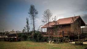 Деревянный дом под голубым небом Стоковые Изображения RF