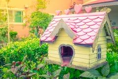 Деревянный дом птицы в парке Стоковая Фотография RF