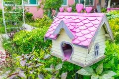 Деревянный дом птицы в парке Стоковые Изображения