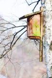 Деревянный дом птицы коробки вложенности на дереве внешнем Зима Стоковая Фотография