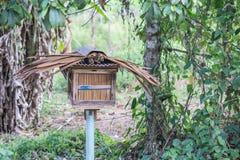 Деревянный дом пчелы в саде Стоковые Изображения RF