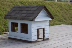Деревянный дом собаки Стоковая Фотография