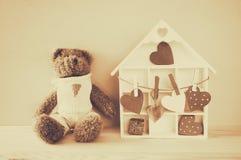 Деревянный дом с много сердцами и милого плюшевого медвежонка Стоковое Изображение