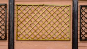 Деревянный орнамент на стене стоковые фотографии rf