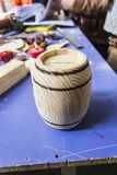 Деревянный основанный handmade сформированный бочонком дизайн сберегательного банка мелких вкладчиков стоковые фотографии rf