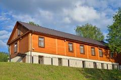 Деревянный одн-storeyed многоквартирный дом на обваловке riv Стоковое Изображение RF