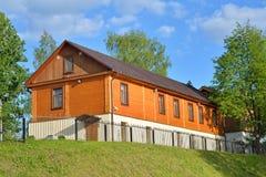 Деревянный одн-storeyed многоквартирный дом на обваловке riv Стоковое Изображение
