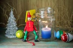 Деревянный оловянный солдатик в красных равномерных украшении и свече Стоковое фото RF