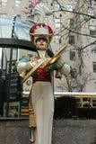 Деревянный оловянный солдатик с украшением рождества цимбал аварии в центре Рокефеллер в центре города Манхаттане Стоковое Изображение RF