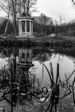 Деревянный павильон на береге пруда Стоковые Изображения