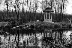 Деревянный павильон на береге пруда Стоковое фото RF