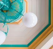 Деревянный пастельный потолок с потолочным освещением стоковое фото rf