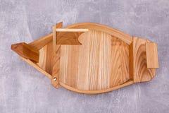 Деревянный поднос в форме корабля стоковое фото rf