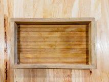 Деревянный поднос с горизонтальной картиной на деревянном столе Стоковое фото RF