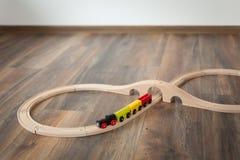 Деревянный поезд игрушки на железной дороге с деревянным мостом Очистите прокатанный пол стоковые фото