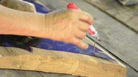 Деревянный покрашенный гравер деревянным видеоматериал