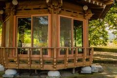 Деревянный покрытый павильон пикника Стоковое фото RF