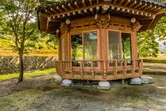 Деревянный покрытый павильон пикника Стоковые Фотографии RF
