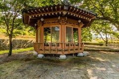 Деревянный покрытый павильон пикника Стоковое Изображение