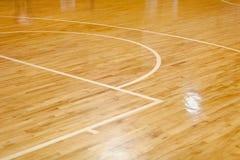 Деревянный пол баскетбольной площадки стоковая фотография rf