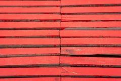 Деревянный пол на мосте в парке, покрашенном с красным цветом стоковая фотография rf