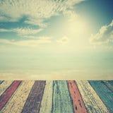 Деревянный пол на море пляжа и голубое небо для предпосылки Стоковое Фото