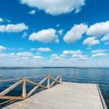 Деревянный пол на реке и голубом небе Стоковые Изображения RF