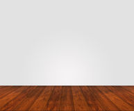 Деревянный пол с белой стеной стоковые изображения