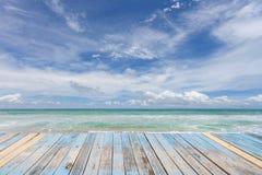 Деревянный пол с красивым пейзажем голубого неба для предпосылки стоковая фотография rf