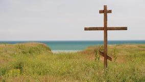 Деревянный правоверный крест морем сток-видео