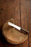 Деревянный прерывая блок с ножом Стоковые Изображения RF