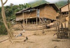 Деревянный примитивный дом лаосской деревни Стоковые Изображения RF