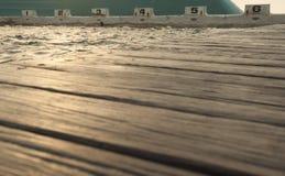 Деревянный променад с ныряя блоками в фокусе на заднем плане Стоковое Фото