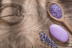 Деревянный пук соли моря ложки сухого мыла бара лаванды на деревянной концепции здравоохранения доски Стоковое Фото