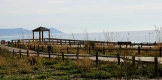 Деревянный путь на пляже стоковые фото